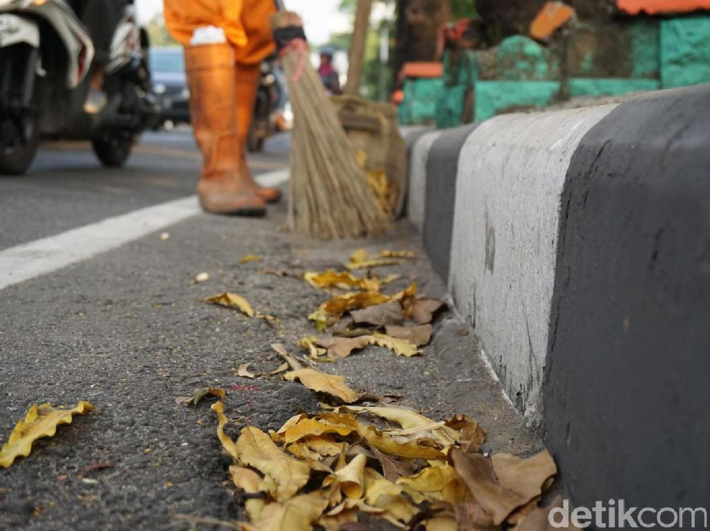 Foto: Melihat Kerja Pasukan Oranye dkk yang Disebut Malas-malasan