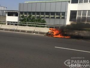 Motor Terbakar di Flyover Pasar Pagi, Lalin Tersendat