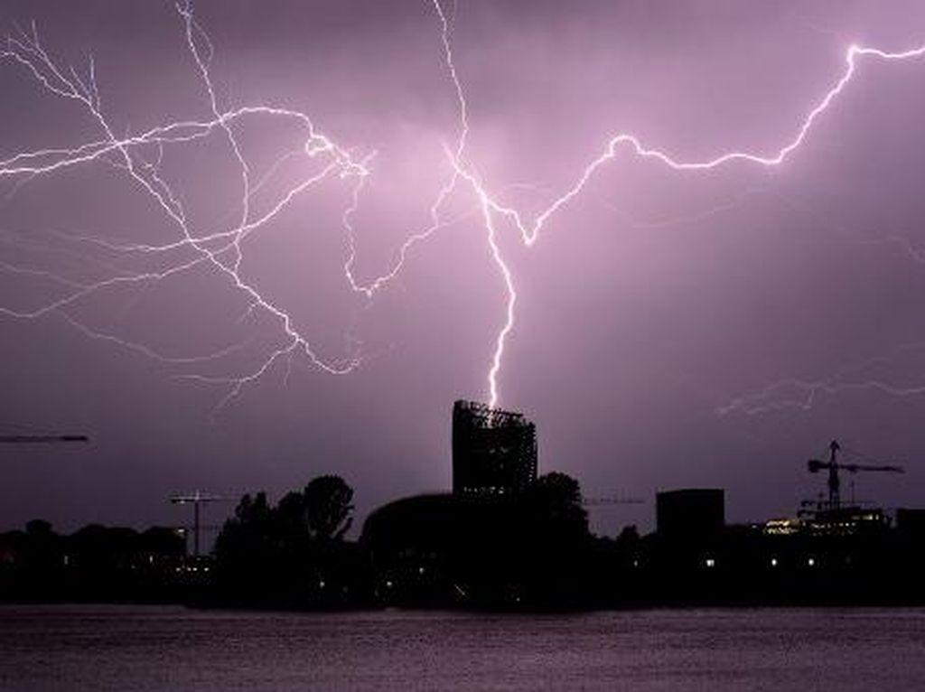 Foto: Petir Menyambar di Tengah Badai dari Langit Bordeaux