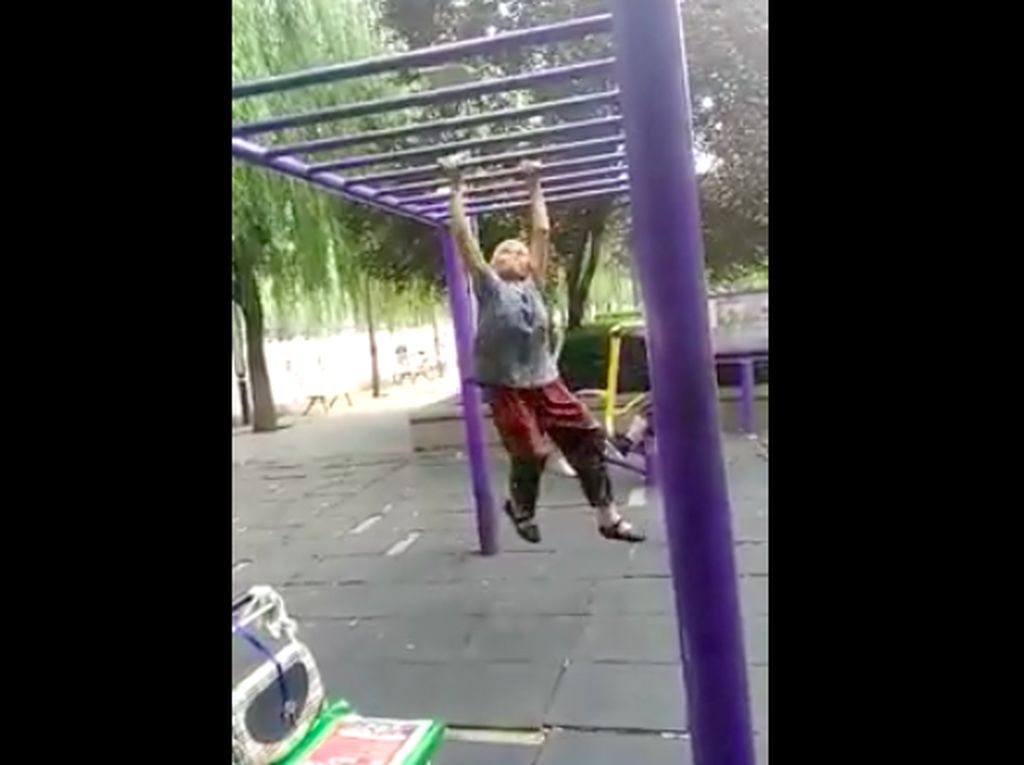 Bergelayutan di Taman, Ini Dia Wonder Woman Versi Lansia