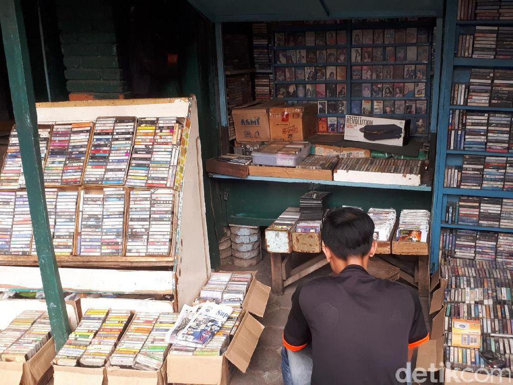 Kaset Pita Mulai Kembali Digandrungi Anak Muda Bandung
