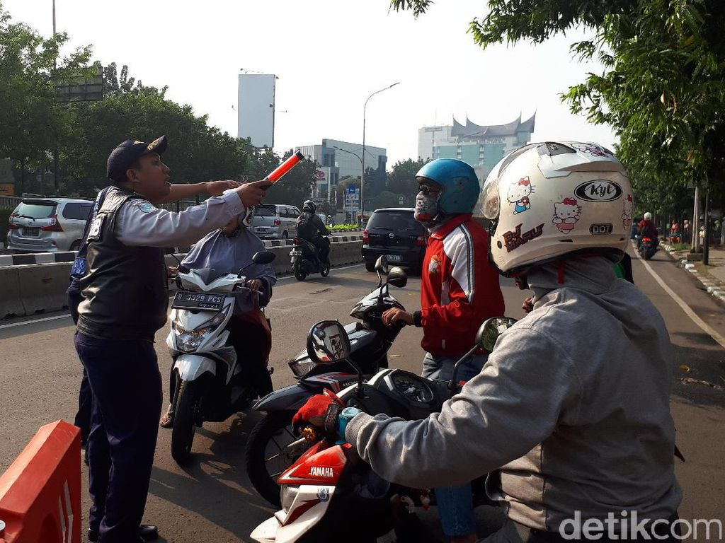 Contraflow di Jalan Salemba Raya, Warga: Enak Lancar Walau Muter