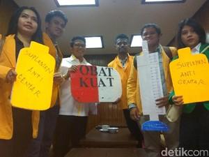Tolak Pelemahan KPK, 5 Mahasiswa Beri Obat Kuat ke Pansus DPR