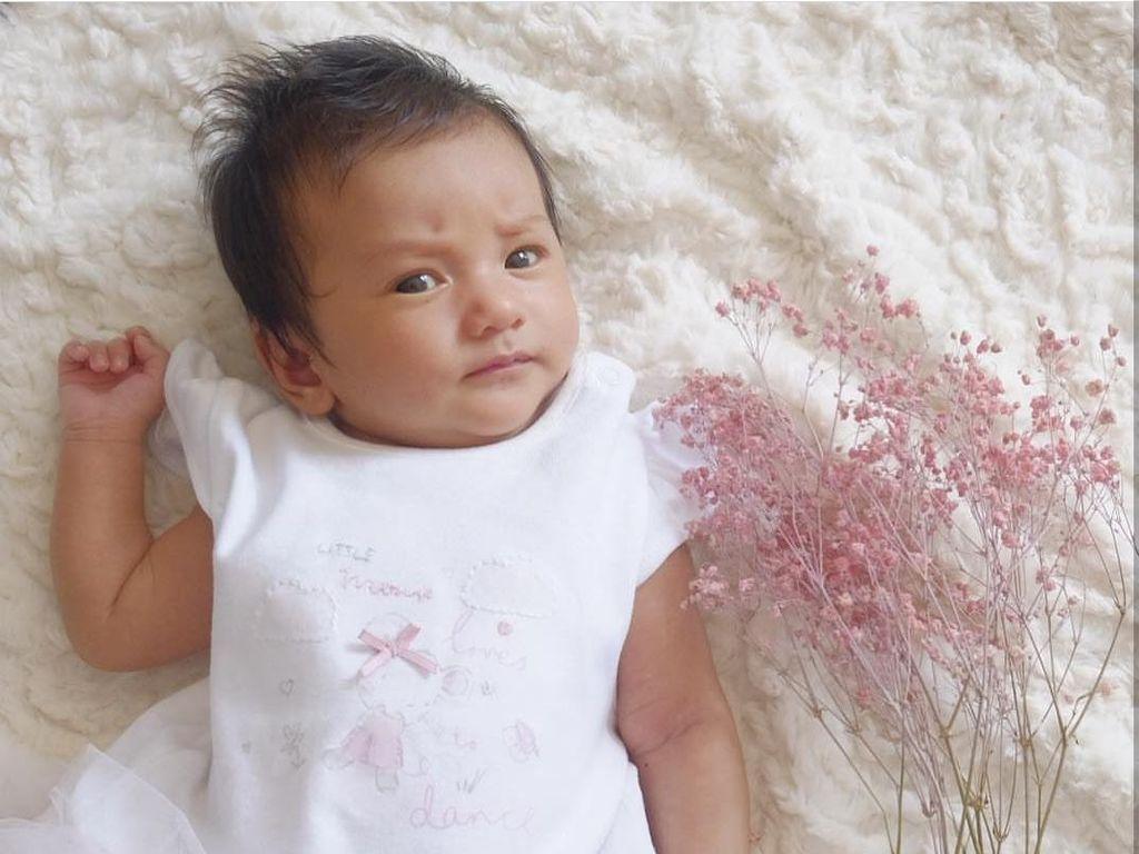 Kenapa Putri Kecil Atiqah Hasiholan Nggak Ditindik Telinganya?