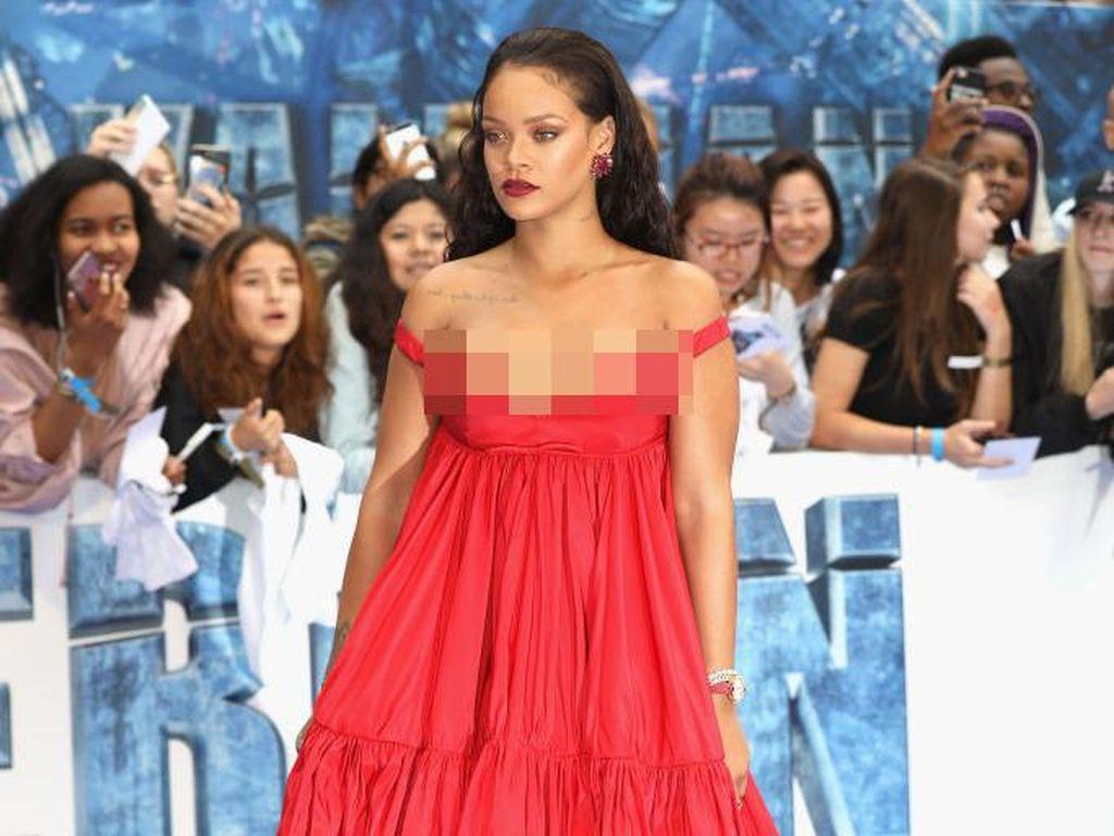 Pakai Gaun Berbelahan Dada Rendah, Rihanna Jadi Pusat Atensi