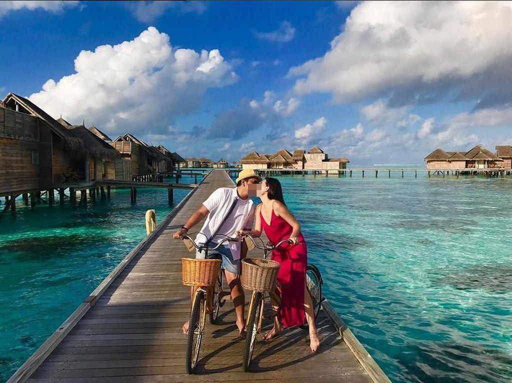 Ciuman Mesra Sammy Simorangkir untuk Viviane di Maldives