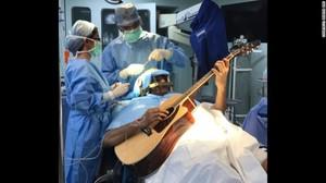 Gokil! Musisi Ini Main Gitar Saat Sedang Operasi
