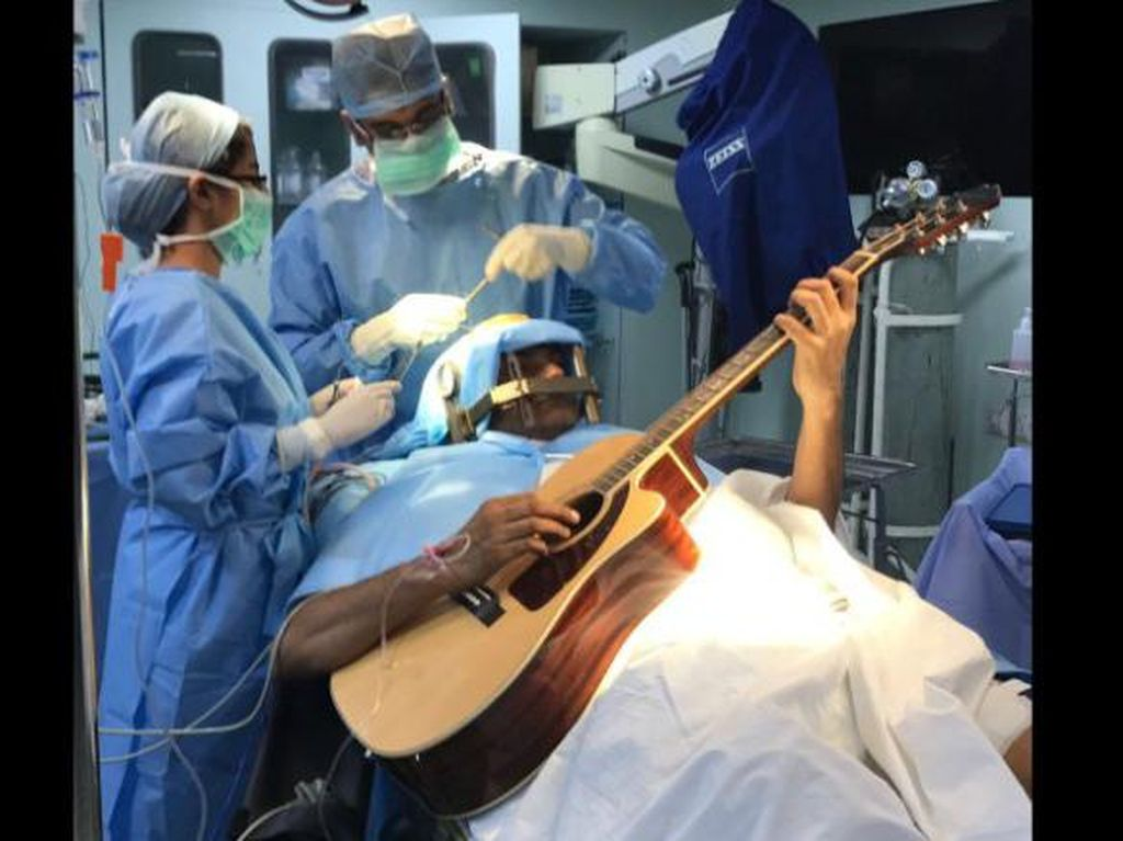 Jalani Operasi Otak Sambil Main Gitar? Orang-orang Ini Pernah Mengalaminya