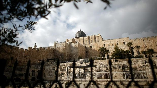 A picture taken from the archaeological site known as Robinson's Arch, shows the Al-Aqsa mosque in the Old City of Jerusalem, on February 2, 2016.  / AFP PHOTO / THOMAS COEX