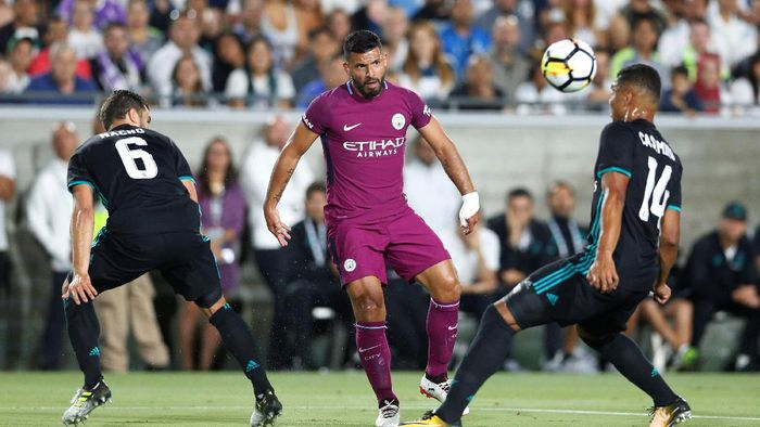 Soccer Football - Real Madrid vs Manchester City - International Champions Cup - Los Angeles, USA - July 26, 2017   Manchester Citys Sergio Aguero in action with Real Madrids Casemiro   REUTERS/Lucy Nicholson