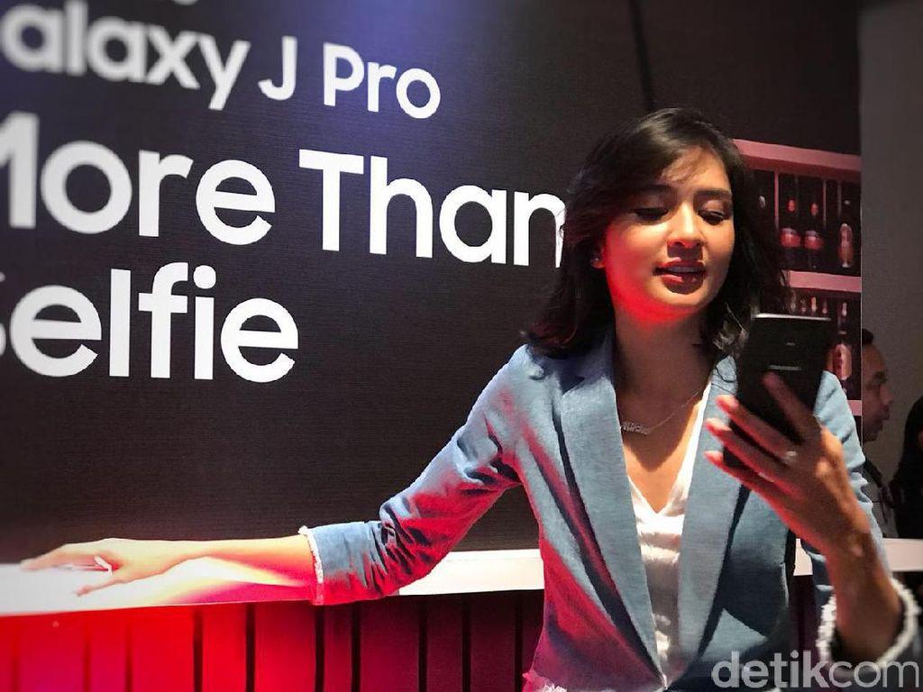 Gaya Seleb Muda Menggenggam Duo Galaxy J Pro