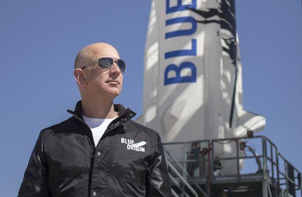 Jeff Bezos sang pemilik Amazon kini adalah orang terkaya dunia, menjungkalkan Bill Gates yang biasanya langganan di posisi tersebut. Pria yang sekarang benar-benar pelontos ini harta terakhirnya di kisaran USD 103 miliar, semakin menjauhi para pesaingnya. Foto: istimewa