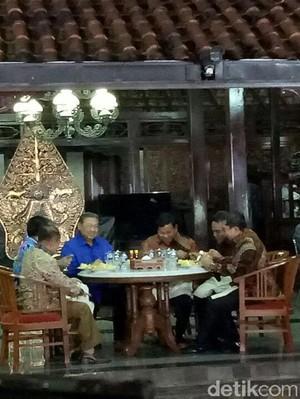 Foto: Nasi Goreng dan Hangatnya Pertemuan SBY-Prabowo