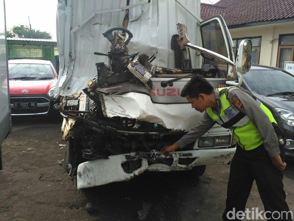 Tabrak Truk Tronton di Pantura Cirebon, Sopir Mobil Boks Tewas