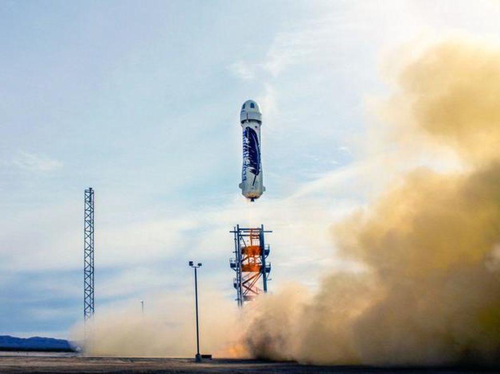 Blue Origin Sukses Terbangkan Roket Wisata Antariksa