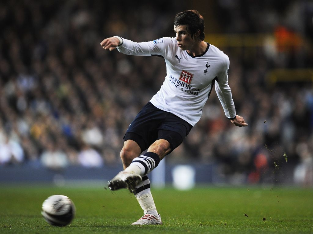 LONDON - NOVEMBER 12:  Gareth Bale of Tottenham crosses the ball during the Carling Cup fourth round match between Tottenham Hotspur and Liverpool at White Hart Lane on November 12, 2008 in London, England.  (Photo by Shaun Botterill/Getty Images)