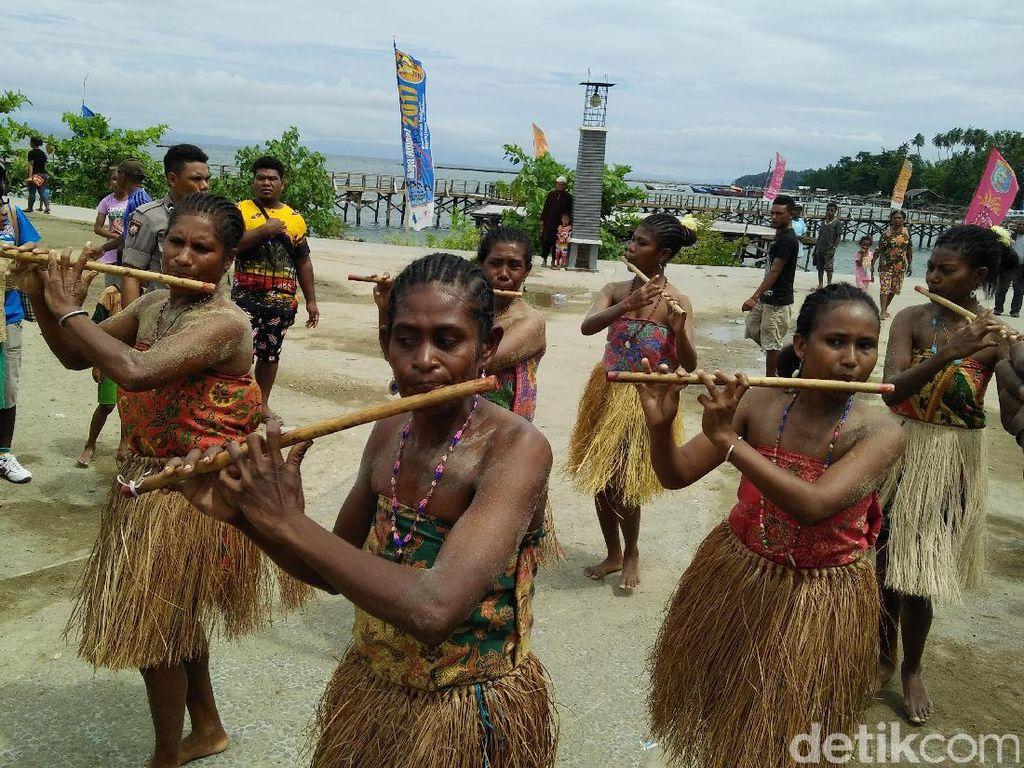 Foto: Keseruan Suling Tambur Festival di Raja Ampat