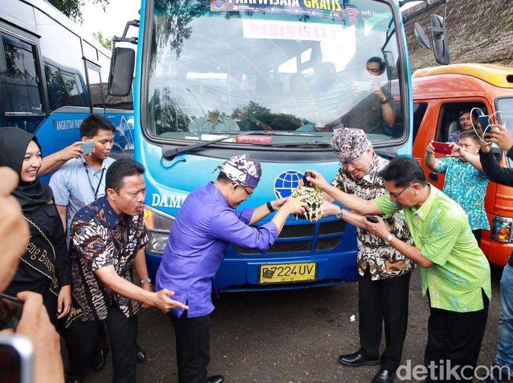 Banyuwangi Luncurkan Angkutan Pariwisata dan Angkutan Pelajar Gratis