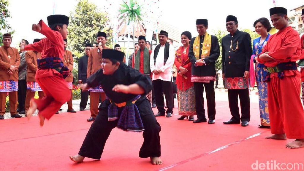 Foto: Lucunya Bocah Palang Pintu Hadang Jokowi di Setu Babakan