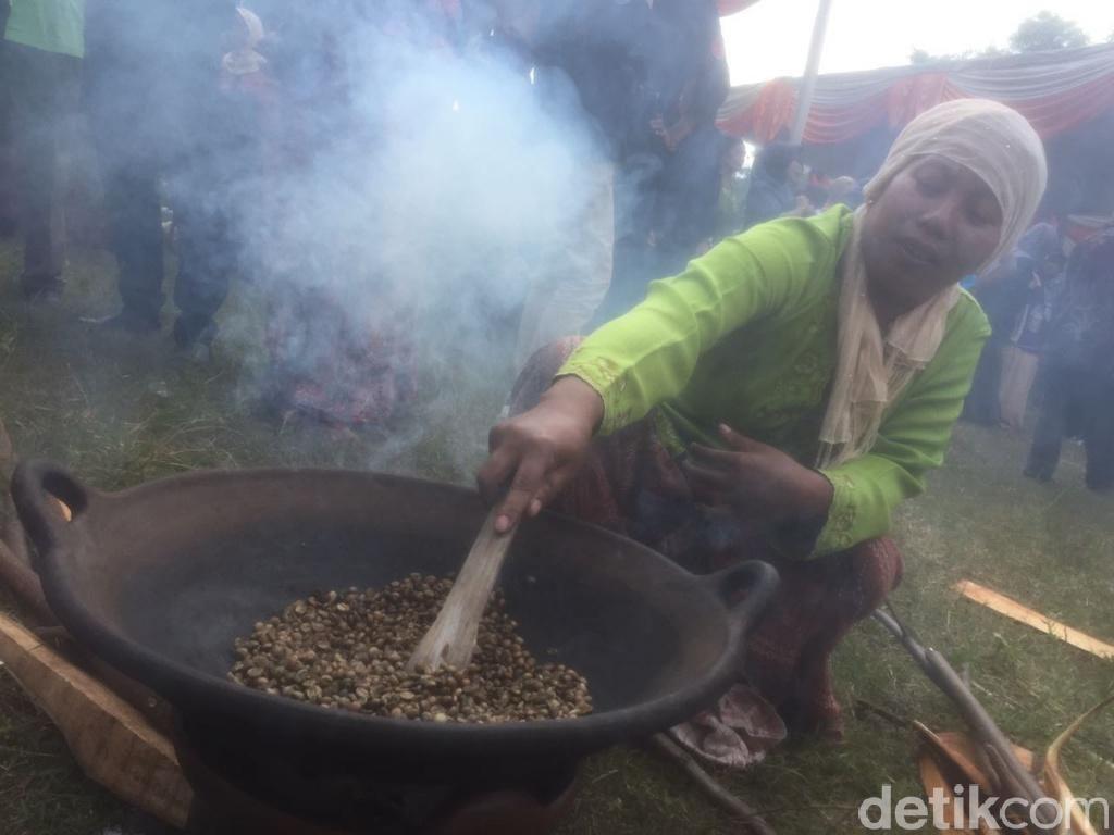 Festival Nggoreng Kopi Tandai Peresmian Desa Wisata Kopi di Pasuruan