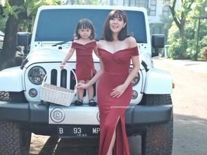 Foto: Berbaju Kembaran, Mana Bunda dan Anak Paling Kompak?
