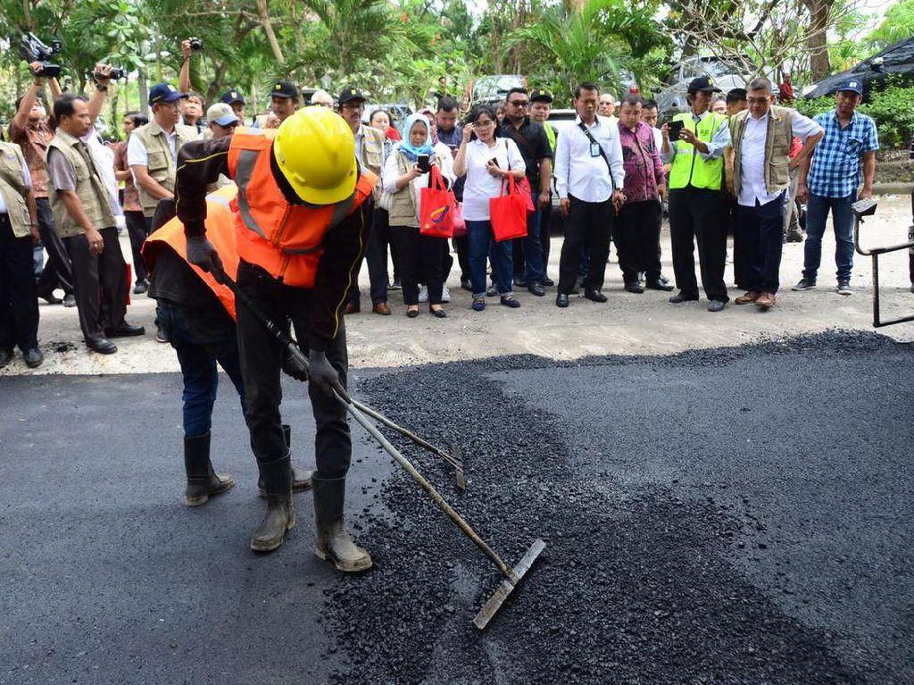 Begini Cara Jokowi Campur Limbah Plastik ke Aspal Jalan