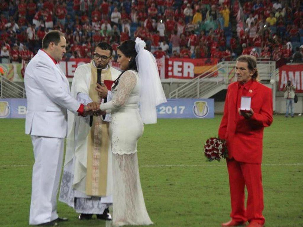 Disaksikan 10 Ribu Orang, Pasangan Ini Menikah Saat Pertandingan Bola