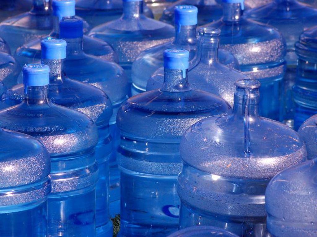 Pria Ini Berhasil Palsukan 300 Galon Air Kemasan Bermerek!