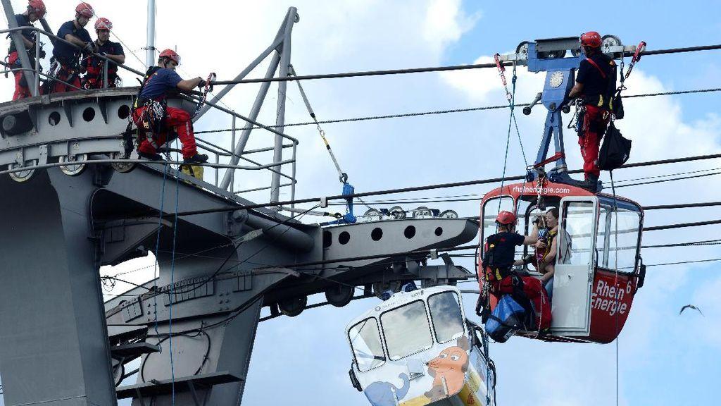 Momen Penyelamatan Puluhan Orang Terjebak Kereta Gantung di Jerman
