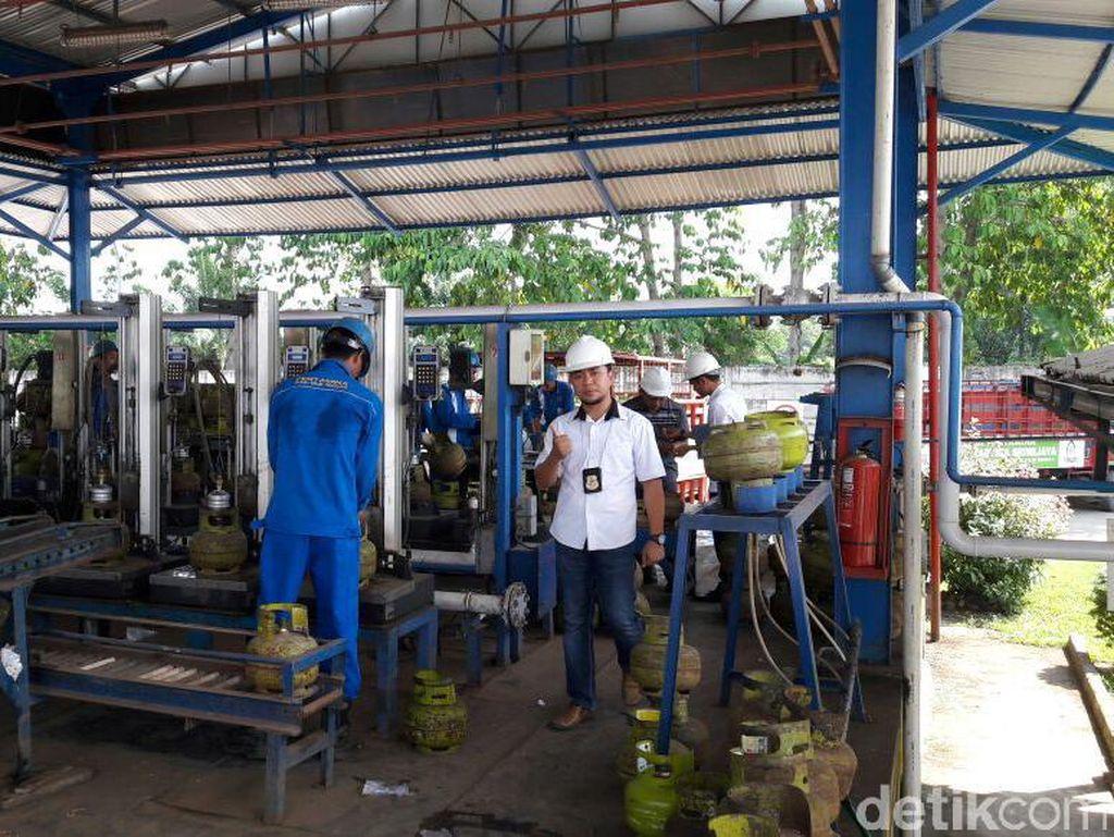 Polisi Sita Puluhan Ribu Karet Tabung Gas Tanpa SNI di Palembang