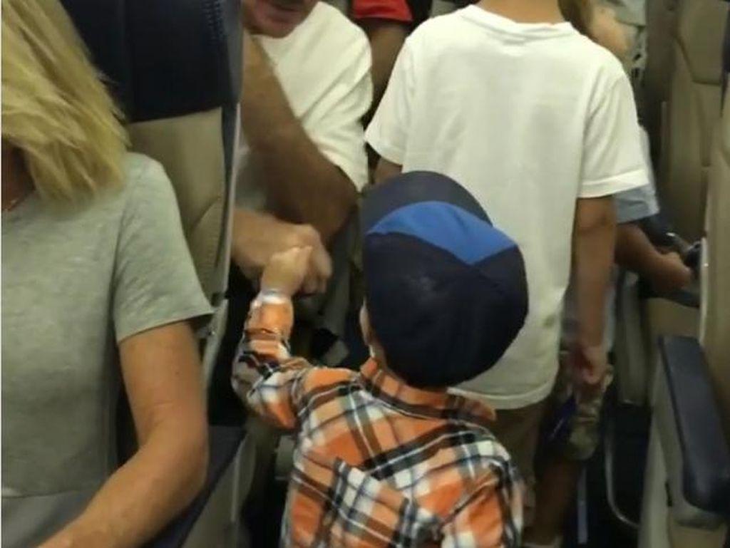 Gemes Banget! Anak Kecil Salam Tinju di Pesawat