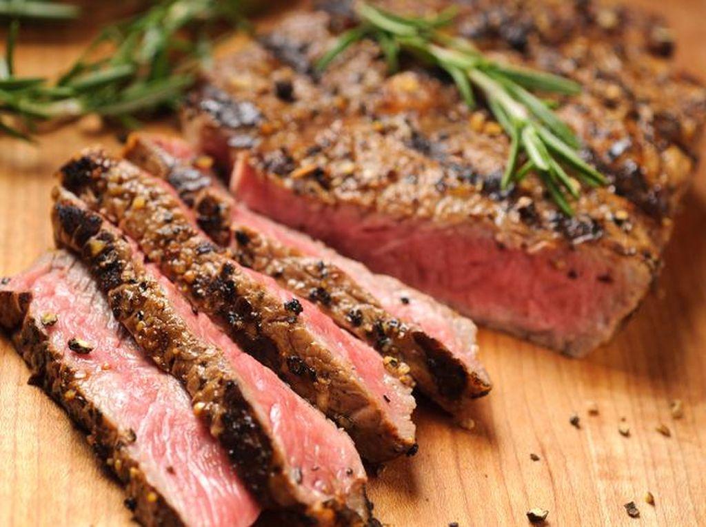 Doyan Makan Steak dan Sosis? Waspada Risiko Kanker Usus Besar