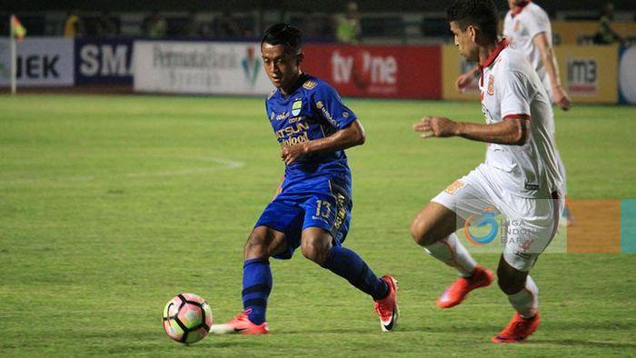 Febri Hariyadi (kiri) saat melawan PBFC. (Foto: dok: Liga-Indonesia.id)
