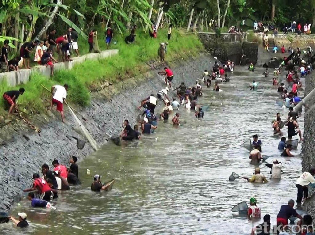 Warga Purworejo Bersih Sungai Jelang Musim Kemarau