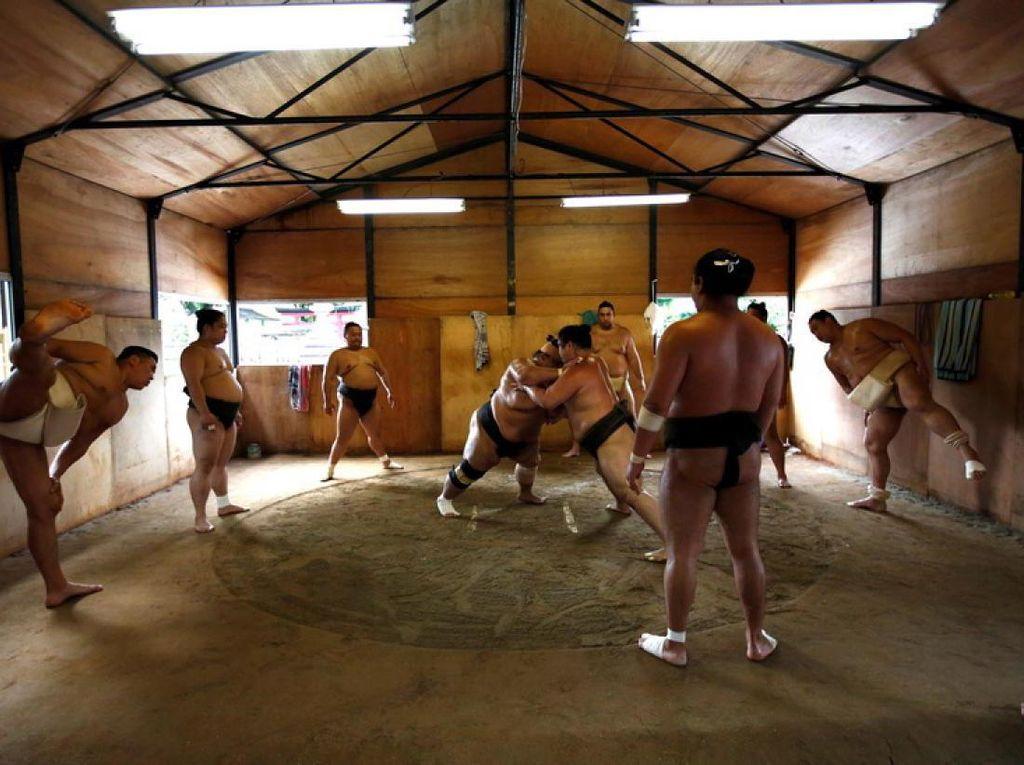 Pegulat Sumo Top di Jepang Terinfeksi Corona!