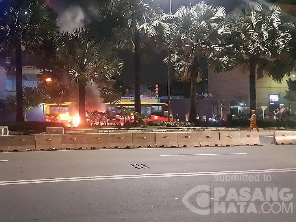 Mobil Terbakar di Thamrin, Lalin Bundaran HI Arah Monas Macet