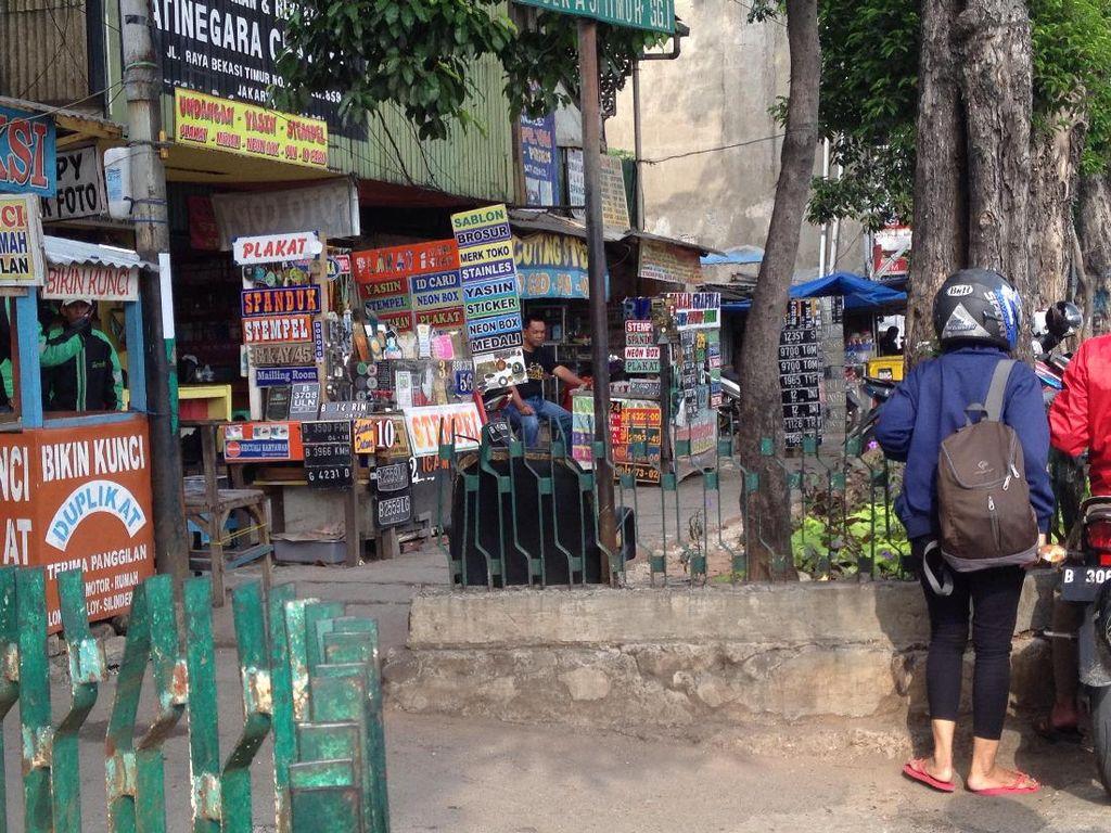 PKL Juga Banyak Berjualan di Trotoar Stasiun Jatinegara
