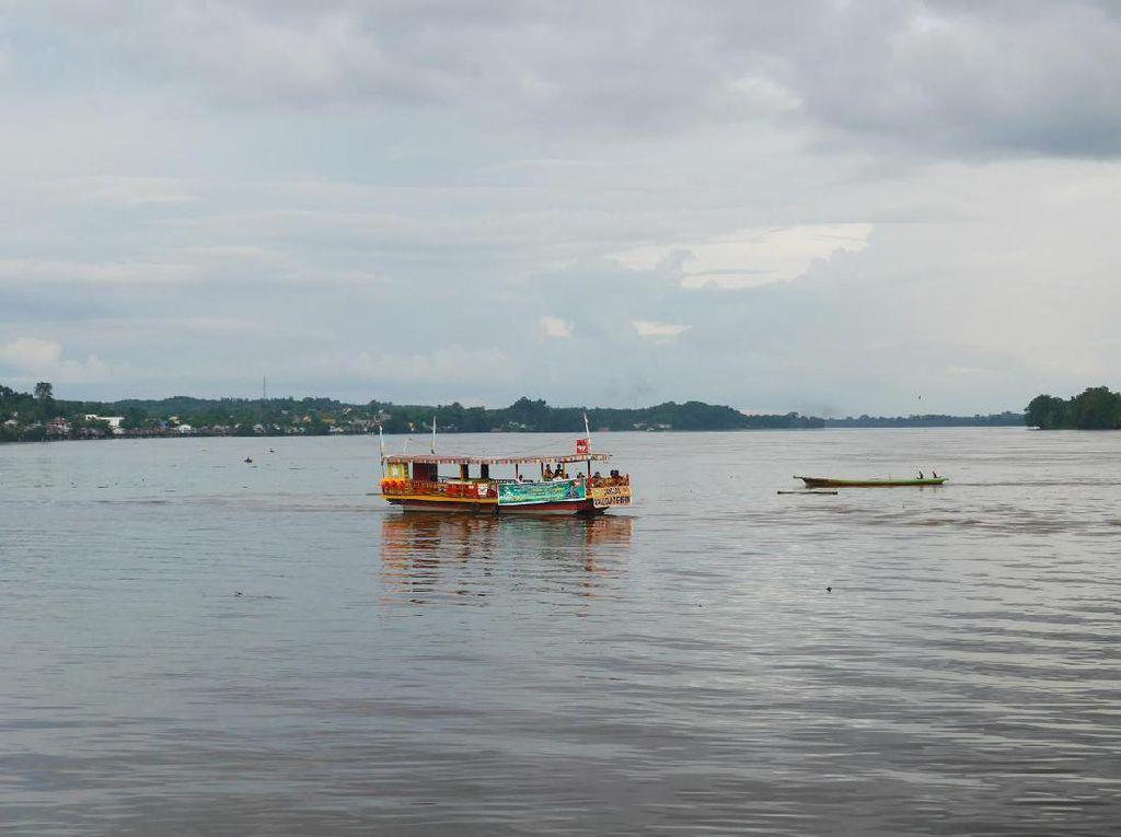 Foto: Keceriaan Anak-anak di Tepi Sungai Kapuas