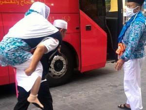 Petugas Gendong Jemaah Calon Haji yang Sudah Tua