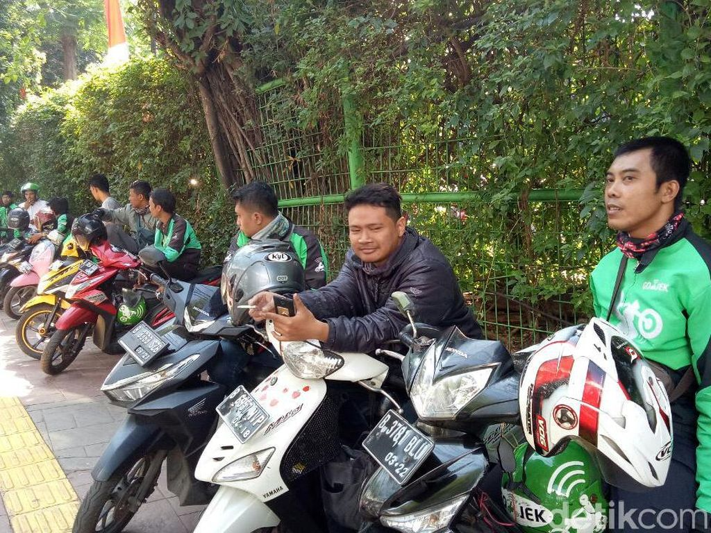 Ada Saja Alasan Tukang Ojek Ngetem di Trotoar Stasiun Palmerah