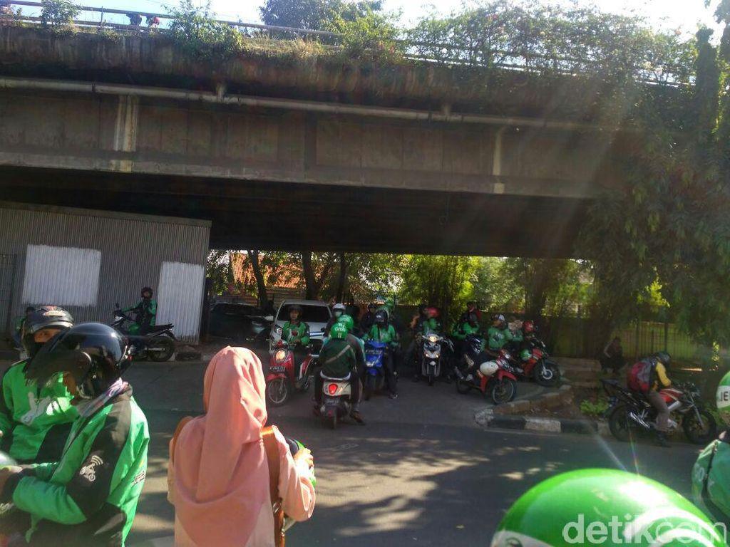 Aneka Alasan Ojek Online Ngetem di Kolong Flyover Stasiun Tebet