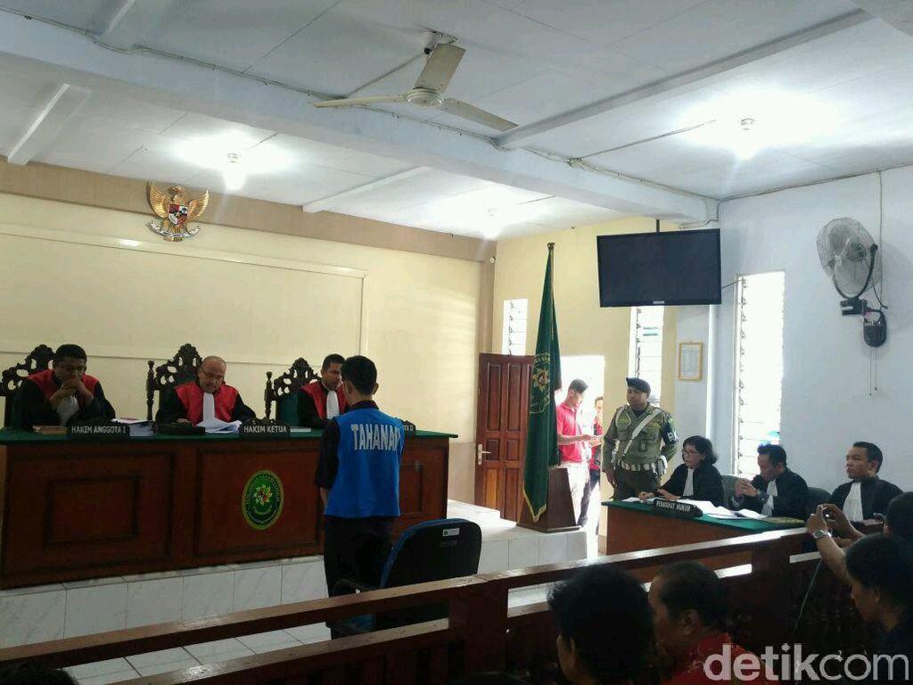 Foto: Fidelis Tertunduk Lesu Saat Divonis 8 Bulan Penjara