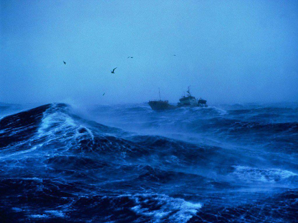 Foto: Ngeri! Saat Kapal Diterjang Badai