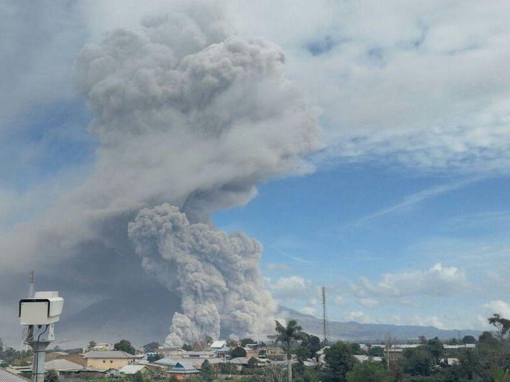Penampakan Semburan Awan Pekat nan Panas dari Perut Sinabung