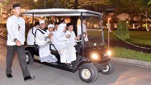 Momen Jokowi Jadi Sopir Para Ulama di Istana
