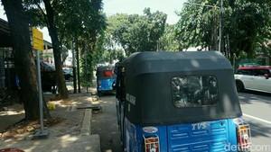 Saat Sopir Bajaj Tiru Mobil Orang Kaya yang Parkir di Trotoar