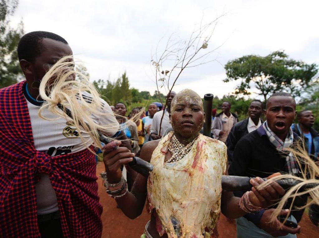 Foto : Prosesi Ritual Sunat Laki-laki di Kenya