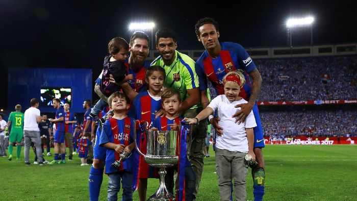 MADRID, SPAIN - MAY 27:  Lionel Messi (L) Luis Suarez (2ndL) and Neymar JR. (R) of FC Barcelona and their children pose for a picture with the Kings Cup after winning the Copa Del Rey Final between FC Barcelona and Deportivo Alaves at Vicente Calderon Stadium on May 27, 2017 in Madrid, Spain.  (Photo by Gonzalo Arroyo Moreno/Getty Images)