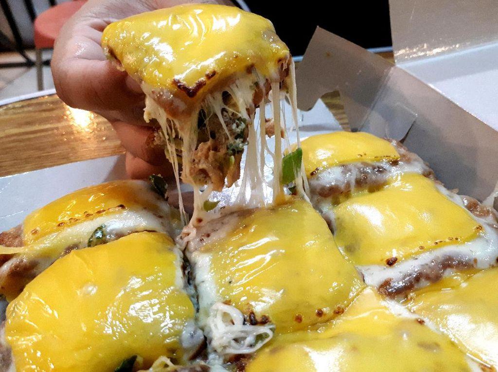 Martabak Mertua: Martabak Telur dengan Lelehan Keju Mozzarella Buatan Mertua