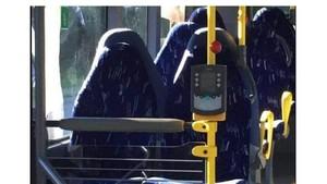 Deretan Kursi Bus Kota yang Kosong Dikira Perempuan Pakai Burka
